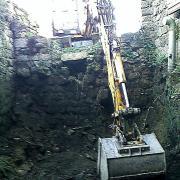 pelle mécanique dans la ruine